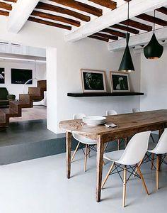 Respirez! Décors épurés, pureté du blanc et chaleur du bois. La maison joue avec les poutres apparentes, le mobilier en bois sur fond de blanc ou encore a
