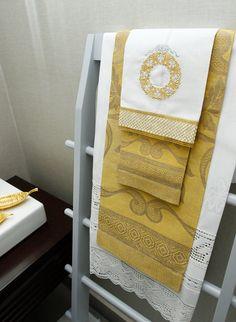 Nuestras delicadas toallas de baño doradas de lino italianas en combinación con el blanco, Puedes encargarlas y darle un toque de personalidad para regalar. #MarcanLenceria