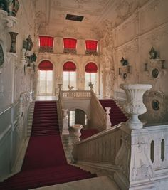 The stairwell occupies the entire height and width of the palace and is lit by three tiers of windows on both east and west. The white marble steps ascend from both sides to a central landing from which four flights rise to the first floor where the state rooms are located. The walls are embellished with moulded ornament and also decorative vases and dishes made of Chinese and Japanese porcelain (eighteenth- and nineteenth-century)