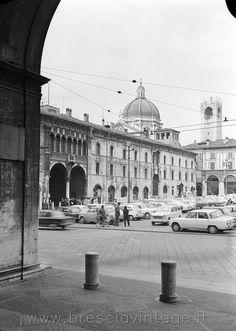 Auto parcheggiate in Piazza Loggia - Brescia Foto Vintage, Louvre, Black And White, Building, Travel, Italy, Black White, Construction, Trips