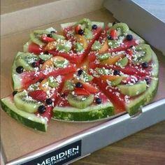 Idea: Watermelon Pizza (a pizza fruit salad) fruit pizza Pizza Fruit, Watermelon Pizza, Dessert Pizza, Fruit Pie, Pizza Food, Watermelon Dessert, Watermelon Slices, Diet Pizza, Fun Fruit