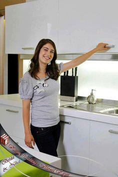 هازال كايا هي الممثلة التركية التي مثلت في دور فريحة