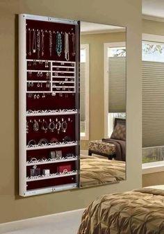 Porta jóias embutido com porta de espelho por Leonardo Gomez. Porta jóias embutido na parede com porta de espelho, ideal para quem busca praticidade, beleza e inovação