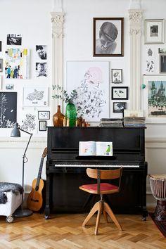 Пианино в современной квартире — это не только музыкальный инструмент, но также полка для милых сердцу вещей и просто элегантный элемент интерьера.