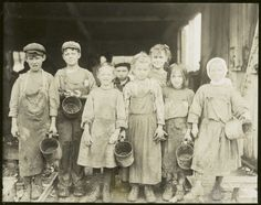 Young oyster shuckers (1900-1937)