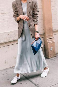 Também adoramos o slip dress coordenado com o tênis e blazer.