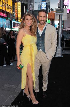 Blake Lively, pregnant with her & Ryan Reynolds third child. This woman is absolute perfection 💛 Blake And Ryan, Blake Lively Ryan Reynolds, Superstar, Star Wars, Prom Dresses, Formal Dresses, Nice Dresses, Old Actress, Couple Posing