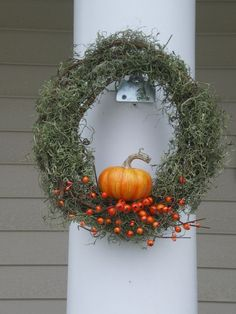 Moss wreath with pumkin for fall with bittersweet Moss Wreath, Autumn Decorating, Idee Diy, Autumn Wreaths, Diy Halloween Decorations, Fall Diy, Fall Home Decor, Fall Harvest, Fall Crafts