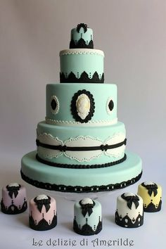 Vintage-looking Cake with cameos. How awesome this would be with the groom and bride in cameo. Love this so much.