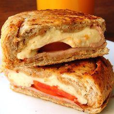 Pão Francês integral, queijo minas frescal, peito de peru e tomate. #lanchonetepolos#goiania (em Polos Pães e Doces)