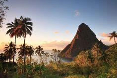 """""""Gros Piton"""" auf der Karibik-Insel Saint Lucia. Der Berg bietet wanderlusigen Urlaubern eine sportliche Alternative zum Sonnenbaden am Strand."""