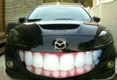 Voici une façon originale de décorer sa voiture. Je me demande si le conducteur est un dentiste.Now that is one original way to decorate your car. I wonder if the driver is a dentist?