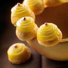 Luca Montersino ci insegna a preparare una dolce ricetta per celiaci: le mini delizie al limone. Piccoli dolcetti mignon senza glutine ripieni di crema al limone.