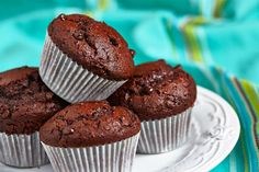 Muffins me kakao kai elaiolado Chocolate Muffins, Mini Chocolate Chips, Greek Recipes, Whole Food Recipes, Sweets Recipes, Cake Recipes, Diabetic Friendly Desserts, Christmas Cake Pops, Famous Chocolate