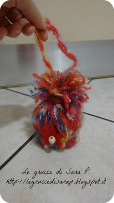 Berrettino di lana con un rotolo di carta igienica