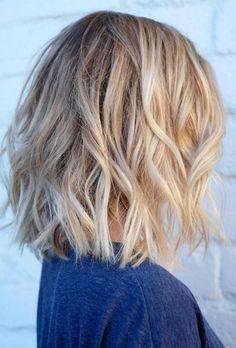 Le carré blond porté wavy