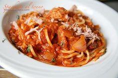 Spaghetti al Tonno, Spaghetti z tuńczykiem i sosem pomidorowym, z kaparami, oregano, cebulą i filecikami anchois.