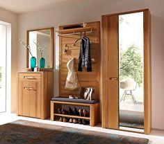 Mobilierul din hol poate fi creat din piese diferite de mobilier, dar inspirat alaturate. Foto Jumbo