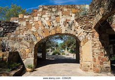 arched-gate-of-a-stone-wall-at-the-lady-bird-johnson-wildflower-center-e09a2r.jpg (640×447)
