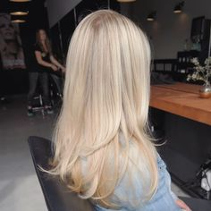 The 74 Hottest Blonde Hair Looks to Copy This Summer champagne blonde Blonde Hair Shades, Blonde Hair Looks, Light Blonde Hair, Honey Blonde Hair, Blonde Hair With Layers, Summer Blonde Hair, Blond Rose, Champagne Blonde Hair, Neutral Blonde