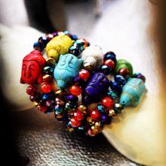 Bijoux Salamastra! Bracciali in perline di cristallo multicolore con ciondolo buddha. --- Bracelets with multicolore crystal beads each featuring a colorful buddha charm.