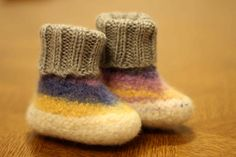 Felted baby boots in white/purple/grey for boys and by LottesWelt