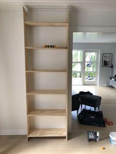 DIY – Hjemmebygget væg til væg bogreol | livingonabudgetdk Built In Furniture, Future House, Bookcase, Loft, Shelves, Living Room, Design, Diy Wood, Home Decor