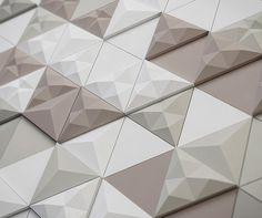 carrelage 3D modulable composé de tuiles triangulaires en blanc et marron