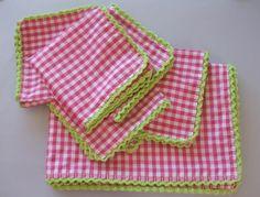 Desde que mi amiga Lucila me descubrió el placer de comer todos los días sobre mantel de tela, me he hecho con varios juegos de mantel y servilletas, que utilizo a diario. Pero algunos de esos juegos, aunque sean estampados, me parecen un poco sosainas, así que he pensado que