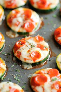 Zucchini Pizza Bites - I would make these without pepperoni sub chicken. Healthy, nutritious pizza bites that come together in just 20 minutes with only 5 ingredients! Vegetarian Recipes, Cooking Recipes, Healthy Recipes, Pizza Recipes, Sauce Marinara, Zucchini Pizza Bites, Zucchini Rounds, Zucchini Slice, Healthy Snacks