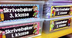 De siste årene har jeg kun undervist norsk, og har vært så heldig å få et helt eget rom bare til norskundervisningen.Det viktigste for meg har vært at elevene skal få en god følelse i det de kommer inn i klasserommet. De skal kjenne på at her er det gøy å lære, at det er enkelt å finne frem og at de kan være så Teacher Binder Organization, Mittens, Toy Chest, Storage Chest, Teaching, Toys, Home Decor, 2nd Grades, Fingerless Mitts