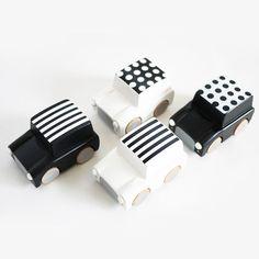 Hoe leuk zijn deze houten zwart-wit speelgoedauto's?!