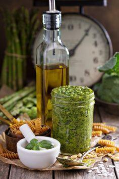 Pesto alla Genovese (c) Elena Veselova shutterstock Pesto Genovese Recipe, Pesto Recipe, Veggie Recipes, Cooking Recipes, Healthy Recipes, Chutneys, Pesto Sauce, Risotto, Dips