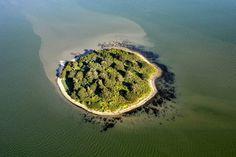 L'île de Lerne, dans le golfe du Morbihan. Elle a la forme d'un cercle quasi-parfait de 200 m de diamètre. (Photo : Marc Ollivier/Ouest-France)