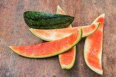 Jeśli do tej pory nie wiedziałeś o tym, że skórki arbuza są jadalne, to koniecznie dowiedz się, w jaki sposób je jeść oraz poznaj ich zdrowotne właściwości.