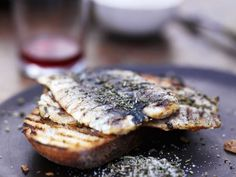 Sardinen vom Grill mit Rosmarin Salz ist ein Rezept mit frischen Zutaten aus der Kategorie Meerwasserfisch. Probieren Sie dieses und weitere Rezepte von EAT SMARTER!