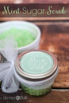 Patrick's Day Mint Sugar Scrub {+Printable Labels} with Coconut oil and peppermint essential oils Sugar Scrub Recipe, Sugar Scrub Diy, Sugar Scrubs, Diy Body Scrub, Diy Scrub, Hand Scrub, Sant Patrick, Cellulite Scrub, Peeling