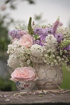 beautiful ... just look at all that loveliness in ONE bouquet!   Think of the VARIETY that God came up with when He created flowers!!!   Then multiply that by butterflies, animals, and the  night sky!!!   What a great God we worship!