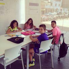 Coneixeu l'espai de la #bibliojove per a treballar en grup? El tenim obert de dilluns a divendres matí i tarda. #bibliotecajove #treballengrup #reservalasala #saladestudi #estudiant #biblioteques #bibliotequescat