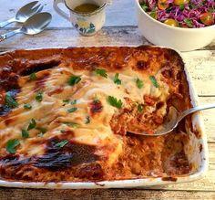 Lasagne med hakket gris, håndskåret bacon, hvidvin og blåskimmelostesovs