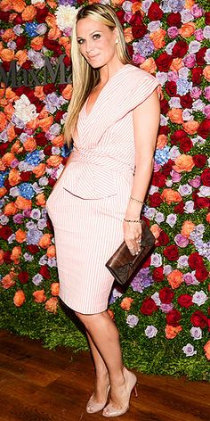 MOLLY SIMS Even those gorgeous roses behind Molly (at the Max Mara dinner in N.) can't distract us from her sweet pink-and-white striped Sportmax sheath with draped detail at the shoulder and waist. Jennifer Garner, Nice Dresses, Short Dresses, Molly Sims, Ladies Lunch, Pink And White Stripes, Other Outfits, Black Cocktail Dress, Night Looks