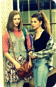 My So-Called Life girls Angela Chase (Claire Danes) and her BFF Rayanne Graff had the BEST nineties wardrobes. I'm still hoping flannel and overalls are coming back soon. ok not so much overalls Fashion Guys, 90s Fashion Grunge, Look Fashion, Fashion Models, Fashion Trends, 1990s Grunge, Trendy Fashion, Nineties Fashion, Disco Fashion