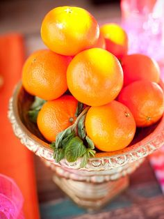 Centerpieces: For a simple but beautiful non-floral centerpiece, spray paint a compote or urn bright gold. Fill the compote with clementines and garnish with fresh mint sprigs for a centerpiece that i (Diy Wedding Desserts) Non Floral Centerpieces, Unique Wedding Centerpieces, Centerpiece Ideas, Centerpiece Flowers, Floral Arrangements, Tangerine Wedding, Diy Wedding Projects, Wedding Ideas, Wedding Games