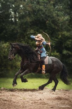 Nynke and her Friesian horse Dyke, doing horseback archery Viking style 💪🏻. - Nynke and her Friesian horse Dyke, doing horseback archery Viking style 💪🏻 Cute Horses, Pretty Horses, Horse Love, Beautiful Horses, Cavalo Wallpaper, Horse Girl Photography, Archery Photography, Mounted Archery, Photographie Portrait Inspiration