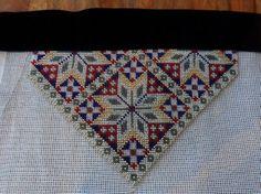 Bilderesultat for bringeduker til bunad Bohemian Rug, Cross Stitch, Crafty, Embroidery, Rugs, Beadwork, Vest, Costume, Patterns