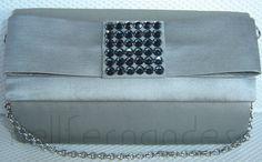 Carteira pequena em tafetá de seda prata e laço Chanel na aba com pedras.
