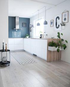 Hello kitchen . #boligpluss #interior123 #interior4all #interiorforyou #bobedre #boligplussminstil #interiørmagasinet #room123 #roomforinspo #immyandindi #nordiskehjem #inspirasjonsguidennorge #myinterior #kitcheninspo #kitchendetails #voxtorp #ikeavixtorp #stpaulsblue #jotunlady #muuto #grainpendant #søstrenegrene #enkontrast #plantbox #fermliving