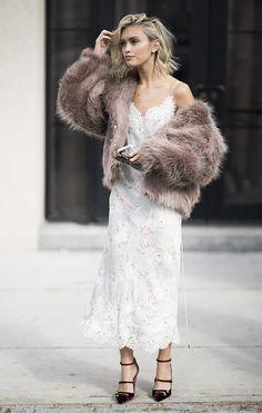 La delicadeza hecha vestido. Sarah Ellen luce como nadie el ya básico slip-dress con un fur coat en versión cropped. street_style_nyfw_martes19_25a