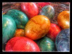 """Colorare le Uova di Pasqua e """"pechenèr"""" tra le valli Ladine Quella di colorare l'uovo di Pasqua è una tradizione pasquale molto diffusa nei paesi mitteleuropei,come in Germania ed Austria per esempio, ma non solo, e lo è anche qui tra le valli dolomitiche. L'uovo di Pasqua era divenuto nel tempo uno dei simboli della …"""