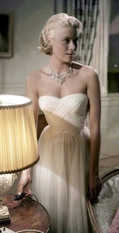 "Grace Kelly wearing Edith Head in the (in ""To Catch a Thief"" I believe). Edith dressed Grace Kelly in many of her films. The frocks in ""Rear Window"" are fabulous too. Grace Kelly Dresses, Grace Kelly Fashion, Princesa Grace Kelly, Glamour Hollywoodien, Vintage Glamour, Divas, Patricia Kelly, Grecian Dress, Draped Dress"